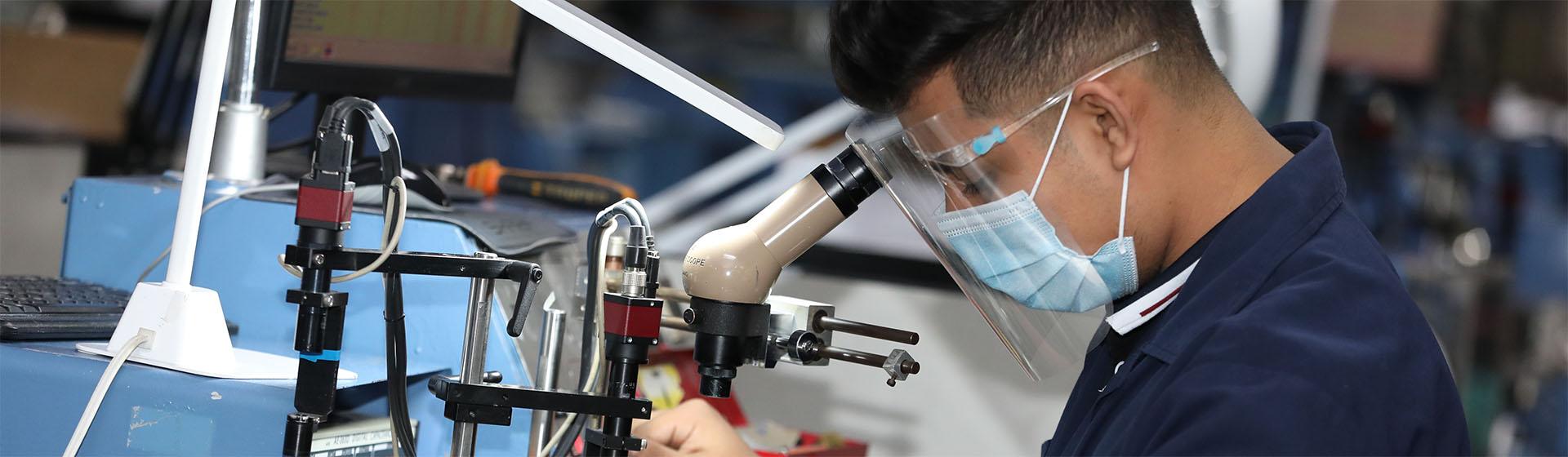 Trabajador en el microscopio
